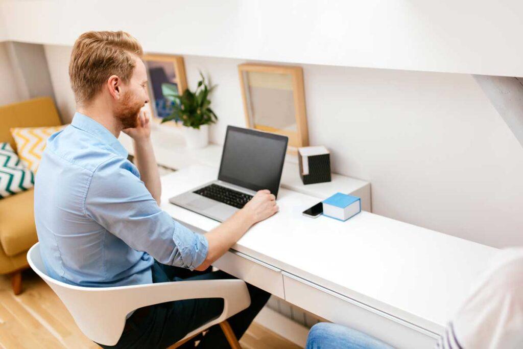 Oficinista en casa teletrabajando con el cloud de empresa
